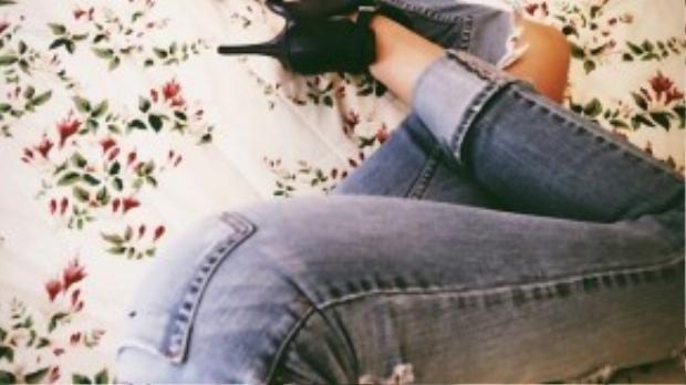 Những chiếc quần jean bó sát được cô nàng yêu thích.