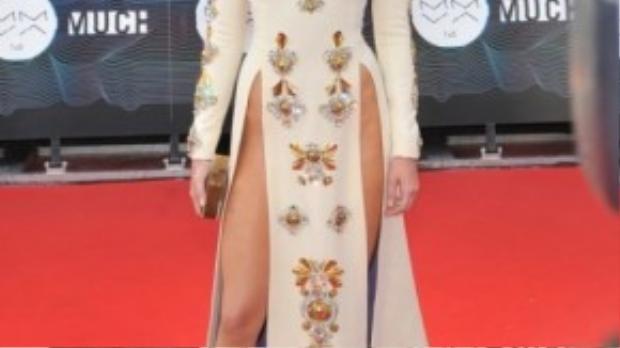 Chiếc váy xẻ tà cao ngút đầy nguy hiểm của siêu mẫu Kendall thách thức mọi ánh nhìn tại thảm đỏ.