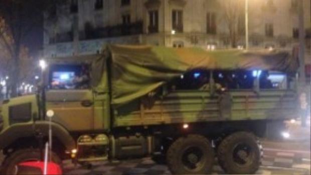 Quân đội được huy động đến St. Denis với 3 xe tải cùng khoảng 100 lính.