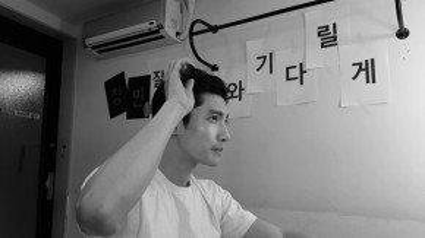 Changmin trong video ghi lại lúc anh cạo đầu để chuẩn bị đi lính.