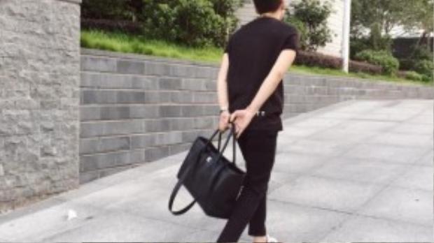 Áo Neil Barret 5 triệu, quần Neil Barret 15 triệu, giày Adidas 2 triệu, túi Chanel khoảng 110 triệu.