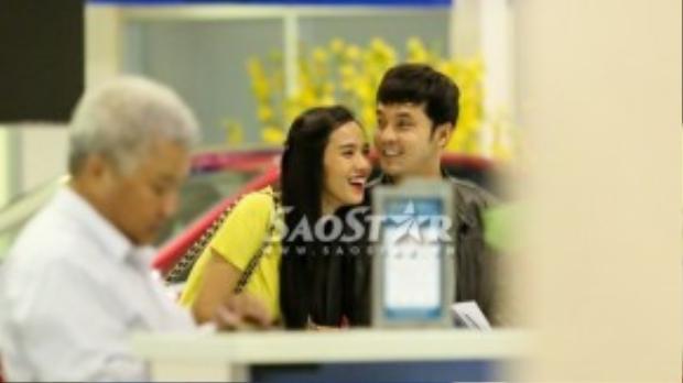Cặp đôi tươi cười và không ngần ngại dành cho nhau những cử chỉ tình cảm tại sân bay.