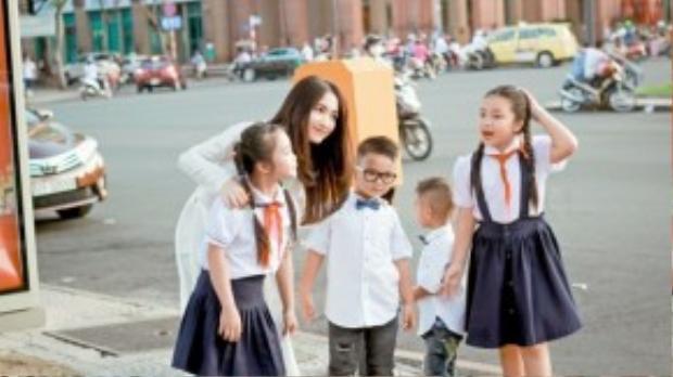 Hòa Minzy được biết đến với những ca khúc sôi động, trẻ trung. Cô gái 20 tuổi dường như còn khá trẻ khi được lựa chọn vào vị trí HLV tại chương trình Người hùng tí hon đang được yêu thích trên sóng truyền hình