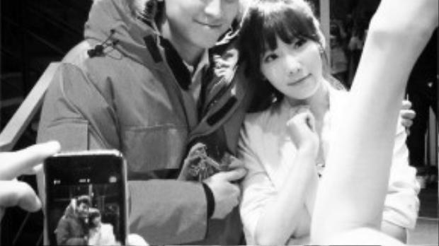 Trưởng nhóm Taeyeon của SNSD từng khoe bức ảnh cô chụp chung với Kang Dong Won trên trường quay phim My Brilliant Life. Taeyeon là fan của nam diễn viên tài năng từ khi cô chưa ra mắt.