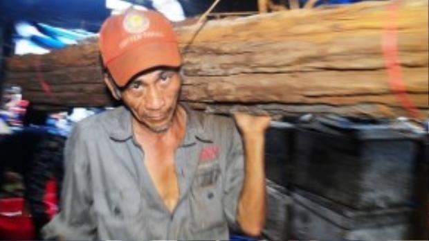 """Ngày nào ông Thái Hân (58 tuổi, ngụ huyện Tuy Phước, tỉnh Bình Định) cũng đạp xe ba gác chở thuê khoảng 3 chuyến gỗ, rồi vác vào tận lò hấp cá. """"Công việc nặng nhọc là vậy nhưng mỗi ngày tôi chỉ được trả công khoảng 150.000 đồng"""", ông Hân nói."""