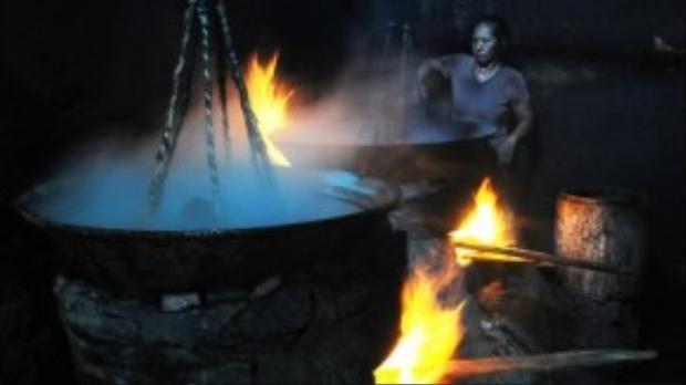 Hàng chục lò hấp cá san sát nhau, lửa cháy hừng hực cả ngày, có khi lên đến hơn 60 độ C.