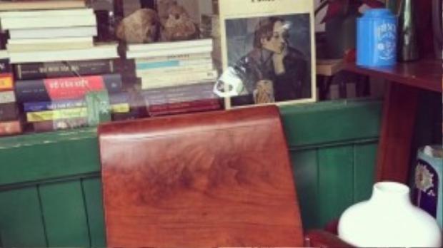 Một góc độc sách bên ngoài hiên, nơi có trang trí những chậu cây xanh, sen đá… đẹp mắt.