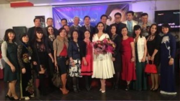 Tối 20/11, Lệ Quyên đã có buổi gặp gỡ ấm cúng với cộng đồng người Việt tại Ba Lan. Người đẹp bất ngờ trước tình cảm bà con nơi đây dành cho cô.