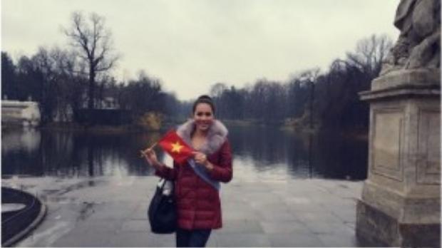 Á hậu Lệ Quyên đã có mặt tại Ba Lan từ những ngày đầu của cuộc thi HH Siêu quốc gia 2015. Sau chặng đường dài từ Việt Nam sang Ba Lan, người đẹp đặt chân đến thủ đô Warsaw trong sự đón tiếp ân cần của ban tổ chức.