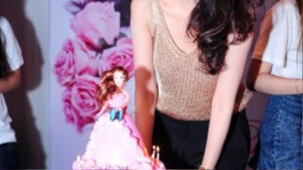 Thủy Tiên bên bánh sinh nhật màu hồng công chúa được các fan chuẩn bị.
