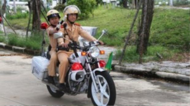 """Dũng """"làm nhiệm vụ"""", xử lý những """"người vi phạm"""" giao thông trên đường. (Ảnh: Tuổi Trẻ)"""