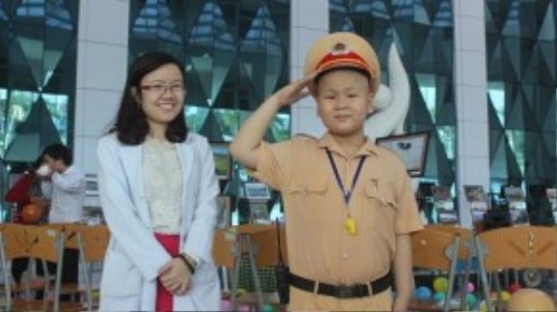 Dũng cùng bác sĩ Lê Na. (Ảnh: Motthegioi)