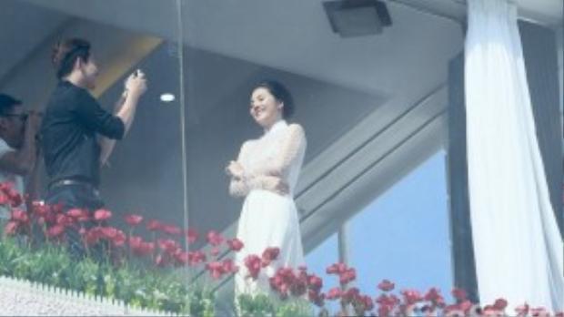 Thay áo dài truyền thống màu trắng, Vân Trang nhờ bạn bè ghi lại khoảnh khắc đáng nhớ trong ngày trọng đại.