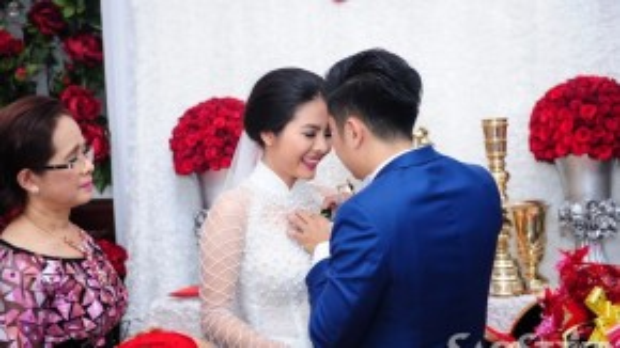 Hữu Quân đính hoa cưới cho cô dâu.