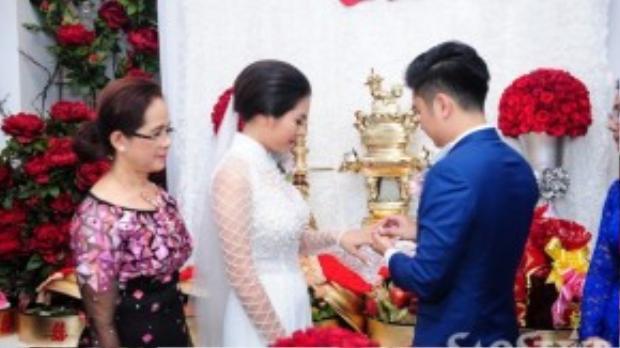 Anh trao nhẫn đính hôn trước sự chứng kiến của đấng sinh thành và người thân hai bên gia đình.