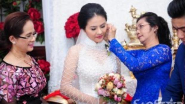 Mẹ chồng Vân Trang gửi những món quà là trang sức đến cho con dâu tương lai.