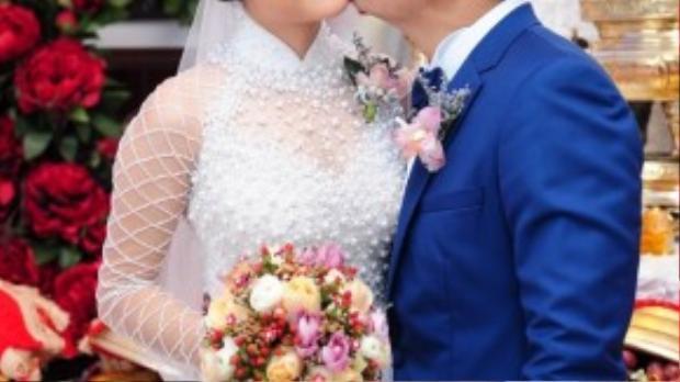 Thay cho lời hứa trước hai bên gia đình, Hữu Quân dành nụ hôn nhẹ lên má Vân Trang để chứng tỏ tình yêu và sự che chở.