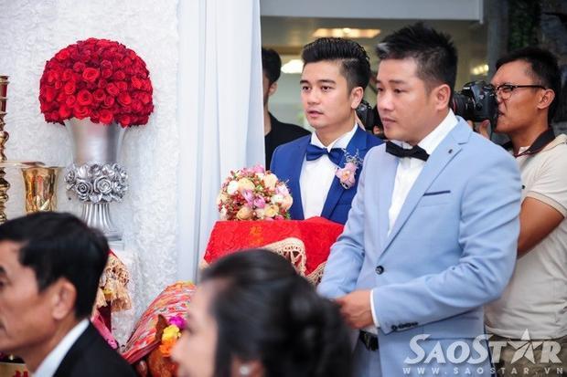 Vân Trang rạng ngời bên ông xã điển trai trong lễ đính hôn