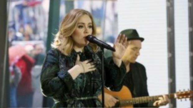 Adele hát live Million Years Ago trên một show truyền hình.