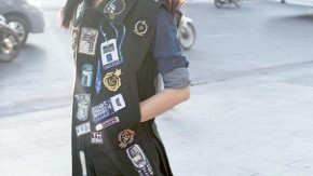 Người mẫu, stylist, biên tập viên thời trang nổi tiếng Trương Thanh Trúc lại nổi bật với thần thái xuất sắc, nét mặt xuất thần, góp phần làm chiếc áo khoác thêm vẻ thời thượng và đẳng cấp.
