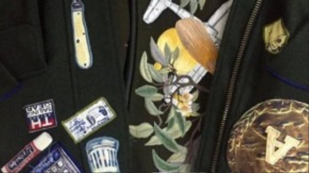 Cận cảnh chiếc áo đang gây sốt các fashionista Sài Thành. Có thể thấy nhiều hình ảnh thú vị đã được hai nhà thiết kế gắn kết tỉ mỉ, từ chiếc điện thoại đến máy bay, thỏi son, máy tính hay cả chim muông, hoa lá.