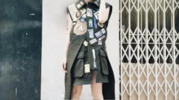 Nữ diễn viên Kathy Uyên cá tính với trang phục độc đáo, không quên ủng hộ hai người bạn thiết kế của mình.