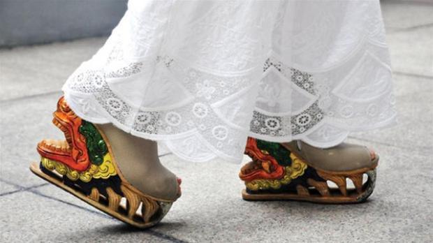 Giày gỗ made in Việt Nam đẹp mê hồn khiến bạn phải mua ngay