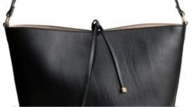 H&M Bucket Bag 35 USD. Không ít thương hiệu nổi tiếng đã vào cuộc sản xuất kiểu túi này, từ J.Crew, Opening Ceremony đến Gucci, Saint Laurent…