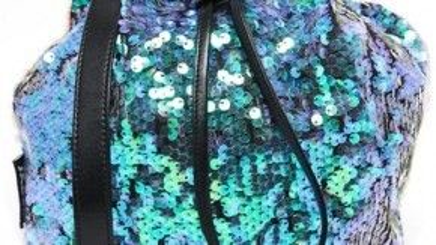 Sequin Bucket Bag 77 USD, dành cho những cô nàng sành điệu.