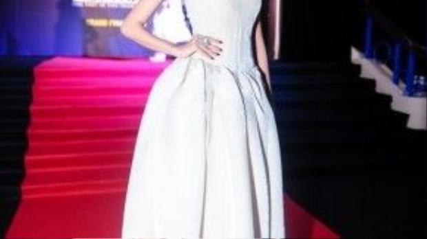 Nàng Á hậu Thúy Vân như bước ra từ thế giới cổ tích với chiếc đầm trắng dài cùng những đường cắt cúp tinh tế. Đây là một tác phẩm của nhà thiết kế Hoàng Minh Hà.