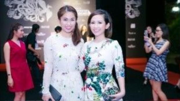 Không hẹn mà gặp, fashionista Hà Mi, một biên tập viên thời trang được nhiều người biết đến và yêu thích, cũng chọn cho mình một chiếc đầm hoa thanh lịch và tinh khôi trên thảm đỏ chung kết Project Runway.