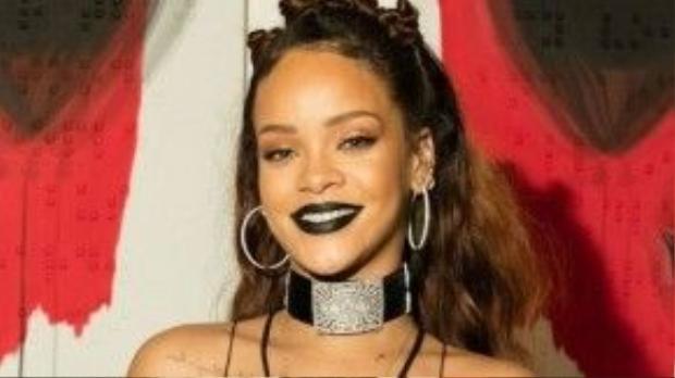 Sở hữu làn da bánh mật khoẻ khoắn, thế nhưng khi sử dụng những sắc son có tông màu trầm, thậm chí là đen thì Rihanna trông vẫn rất tuyệt vời.