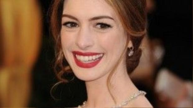 """Anne Hathaway khi tóc còn dài cũng là một fan cuồng của tóc búi. Việc """"cố ý"""" để rơi vài lọn tóc mái khiến gương mặt cô thanh tú và dịu dàng hơn."""