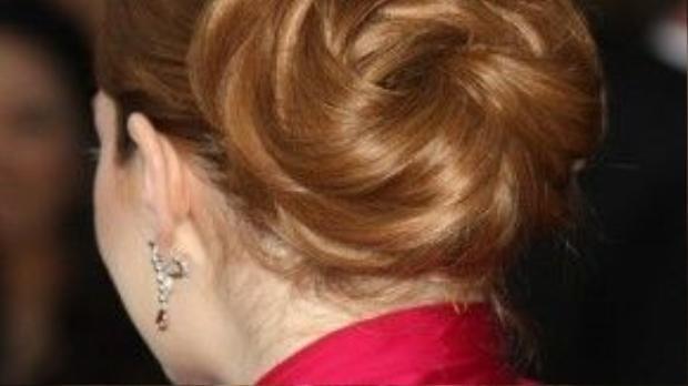 Nhìn từ sau, tóc Emma Stone giống như một bông hoa hồng đang nở rất đẹp.