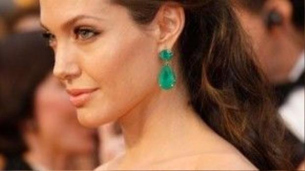 Kiểu tóc búi nửa đầu cũng được nhiều sao ưa chuộng, đặc biệt là Angelina Jolie.