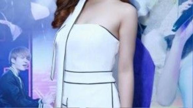 Bộ trang phục này hoàn toàn xứng đáng nhận điểm 10 nếu như nữ ca sĩ bỏ bớt chiếc khăn thừa thãi ở cổ.