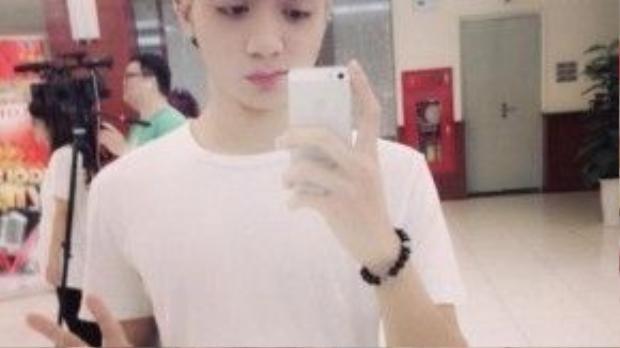 Còn Soobin Hoàng Sơn, dù chỉ chủ yếu hoạt động ở lĩnh vực ca hát, thế nhưng anh chàng cũng rất chăm chỉ thay đổi style tóc của mình, từ màu bạch kim…