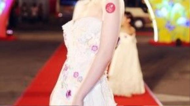Đêm 21-01, trong một sự kiện chào xuân 2016, Hương Tràm diện một chiếc váy của NTK Hoàng Hải lung linh như một nàng công chúa. Đây là lần Hương Tràm đẹp từ A đến Z.