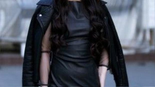 Trước sự kiện tham gia The Remix cách đó vài ngày, Hương Tràm diện một chiếc váy da với gam màu đen sang trọng và cá tính cùng khuôn mặt được trang điểm khéo léo. Tuy nhiên điểm trừ chính là chiếc váy có phần ôm vào thân hình vô tình làm lộ nhượcđiểm vòng 2 của cô nàng.