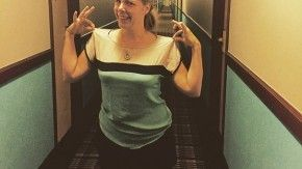 Người phụ nữ này vừa mới nhận phòng khách sạn và cô vô cùng bất ngờ khi phát hiện ra chiếc áo mình đang mặc giống hoàn toàn với… hành lang khách sạn.