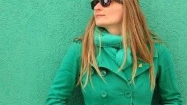 May quá bắt gặp màu tường giống áo và khăn mình đang mặc, phải nhảy vào chụp hình ngay!