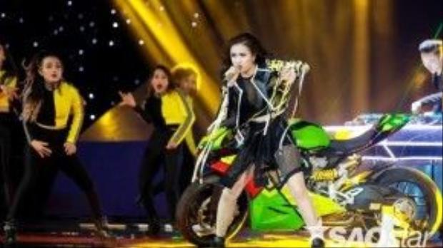 Hoàng Thùy Linh bùng nổ trong liveshow 5 The Remix với bản hit cuồng nhiệt của Fergie: London Bridge.