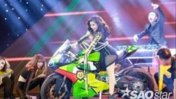 Cô đem chiếc motor khủng lên sân khấu cho màn trình diễn nóng bỏng của mình.