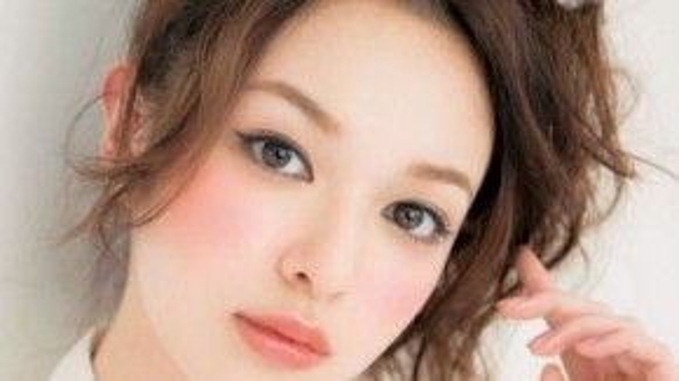 Giống phụ nữ Hàn, các cô gái Nhật thường có lối make up tự nhiên. Điểm khác biệt lớn nhất nằm ở đôi gò má luôn được phủ lớp phấn hồng hoặc cam đậm hơn rất nhiều so với màu da thật.