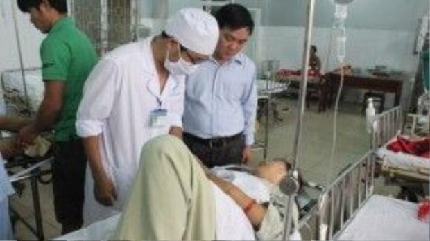 Giám đốc Sở Y tế Quảng Ngãi (người đứng bên phải) thăm hỏi sức khỏe các nạn nhân bị tai nạn giao thông đang điều trị tại Bệnh viện đa khoa Quảng Ngãi - Ảnh: Hiển Cừ