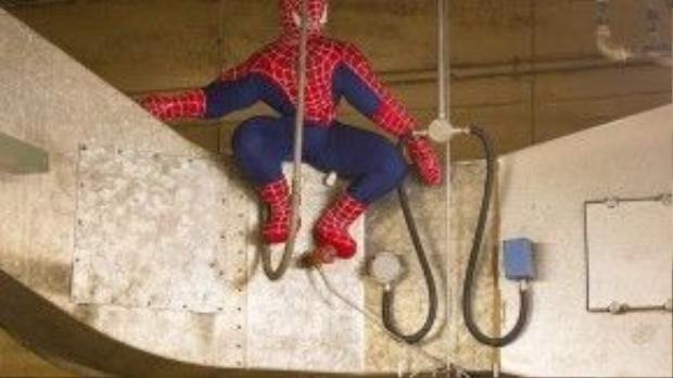 Người nhện nhồi bông to như người thật đang ngồi vắt vẻo gần trần nhà.