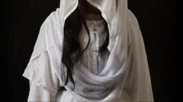 Qaliya, 21 tuổi vẫn không hết bàng hoàng khi nhớ lại những chuyện đã xảy ra với mình khi cố gắng chạy trốn nhưng bị bắt lại. Cô bị quất bằng roi, bị trói, bị treo lên cánh quạt và bỏ đói 3 ngày liên tục. Gã đàn ông còn doạ sẽ buộc cô vào 2 xe hơi và xé xác cô nếu như Qaliya tiếp tục chạy trốn.