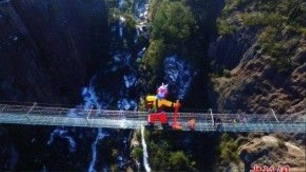 Hình nộm Tôn Ngộ Không được đặt giữa cây cầu bằng thủy tinh nổi tiếng Trung Quốc.