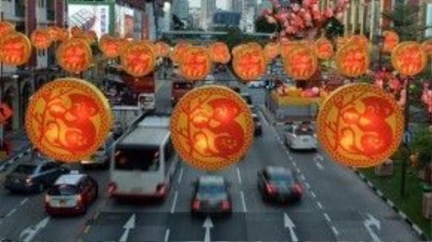 Những chiếc đèn hình chú khỉ bên quả đào được giăng mắc khắp đường phố Singapore.