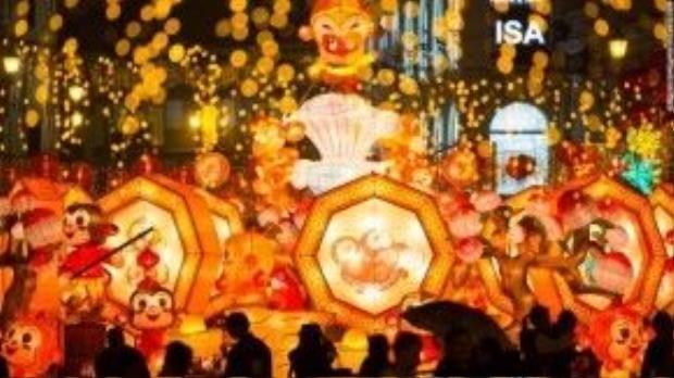 Người Macao nô nức đi ngắm những ánh đèn, ánh nến lung linh trong ngày hội.